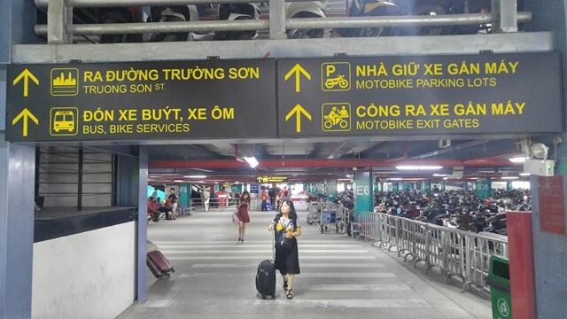 Biển chỉ dẫn trong nhà gửi xe tại sân bay Tân Sơn Nhất