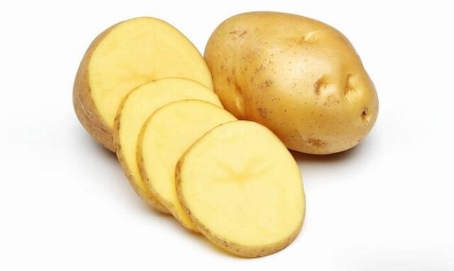 Tẩy vết thâm kim trên áo màu bằng khoai tây